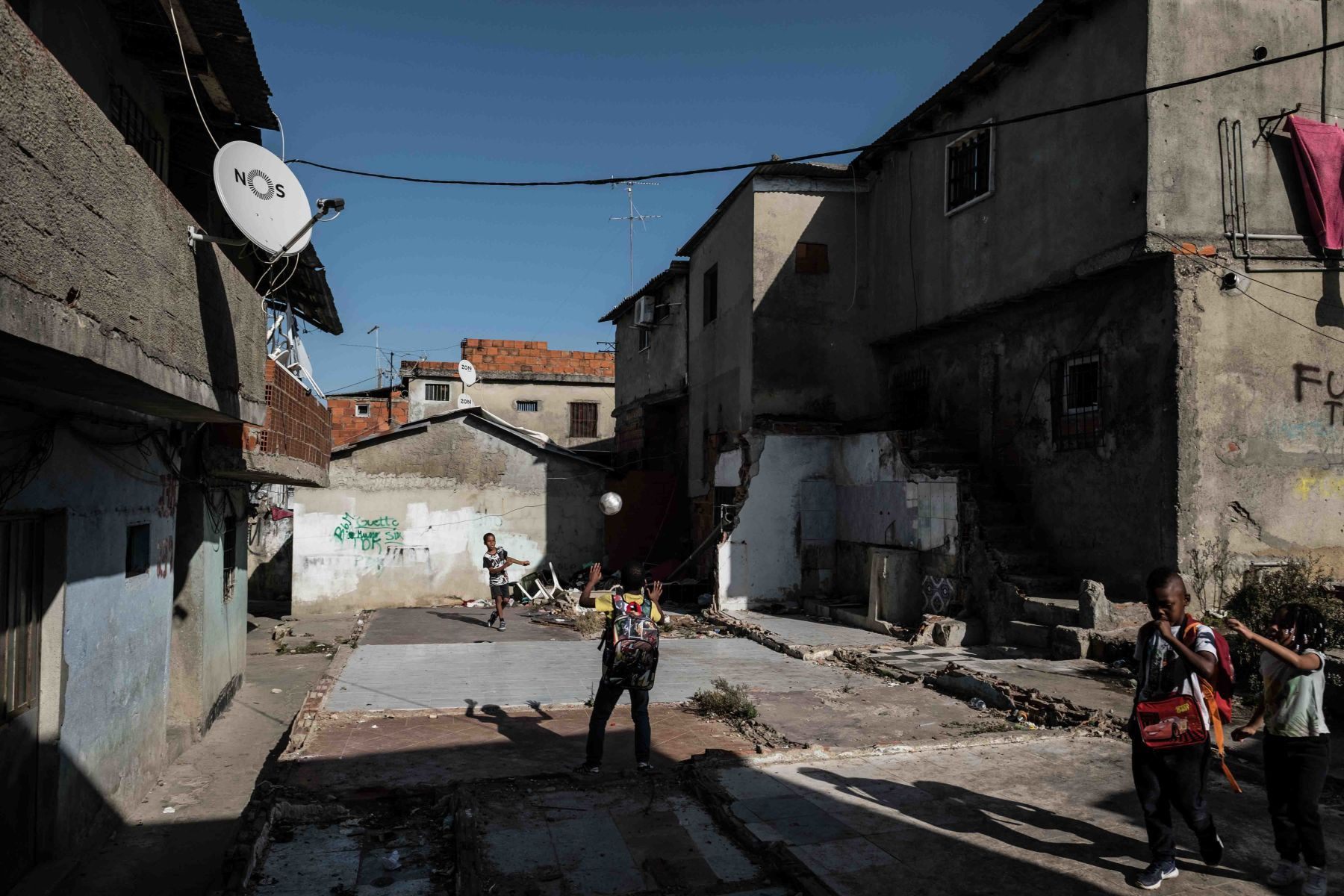 Mặt tối cuộc sống mang tên 6 de Maio: Những gì diễn ra bên trong khu phố nguy hiểm bậc nhất Bồ Đào Nha - Ảnh 4.