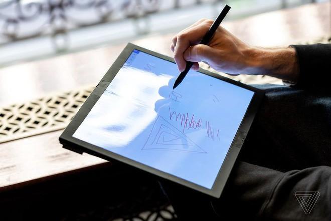 Lenovo trình diễn chiếc máy tính màn hình gập đầu tiên trên thế giới - Ảnh 10.
