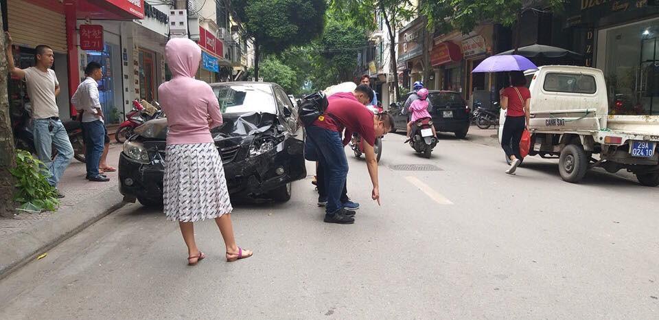 Hà Nội: Tài xế ô tô không làm chủ tốc độ gây tai nạn liên hoàn, 2 mẹ con đi xe máy nhập viện cấp cứu - Ảnh 2.