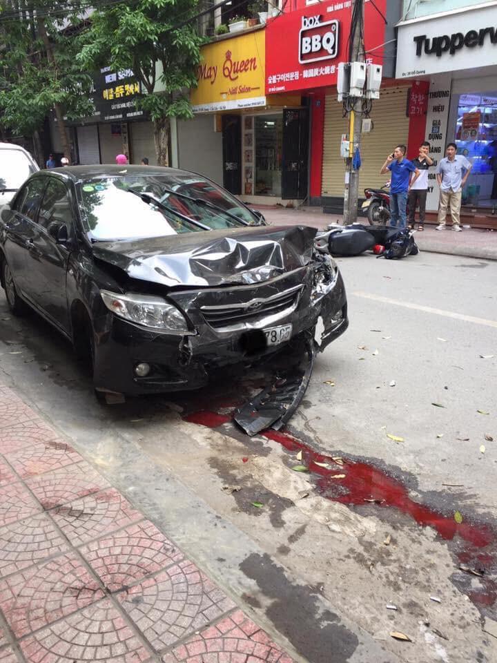 Hà Nội: Tài xế ô tô không làm chủ tốc độ gây tai nạn liên hoàn, 2 mẹ con đi xe máy nhập viện cấp cứu - Ảnh 1.