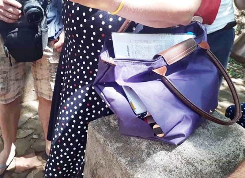 Nữ du khách Tây Ban Nha trình báo bị rạch túi ở Đà Nẵng - Ảnh 1.