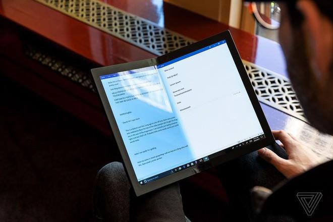 Lenovo trình diễn chiếc máy tính màn hình gập đầu tiên trên thế giới - Ảnh 6.