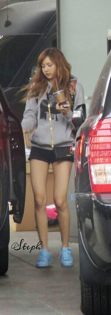 Đẳng cấp búp bê sống Thái Lan Lisa (BLACKPINK): Chân dài trời ban thách thức mọi khung hình, kể cả chụp vội - Ảnh 8.