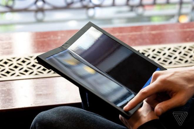 Lenovo trình diễn chiếc máy tính màn hình gập đầu tiên trên thế giới - Ảnh 8.