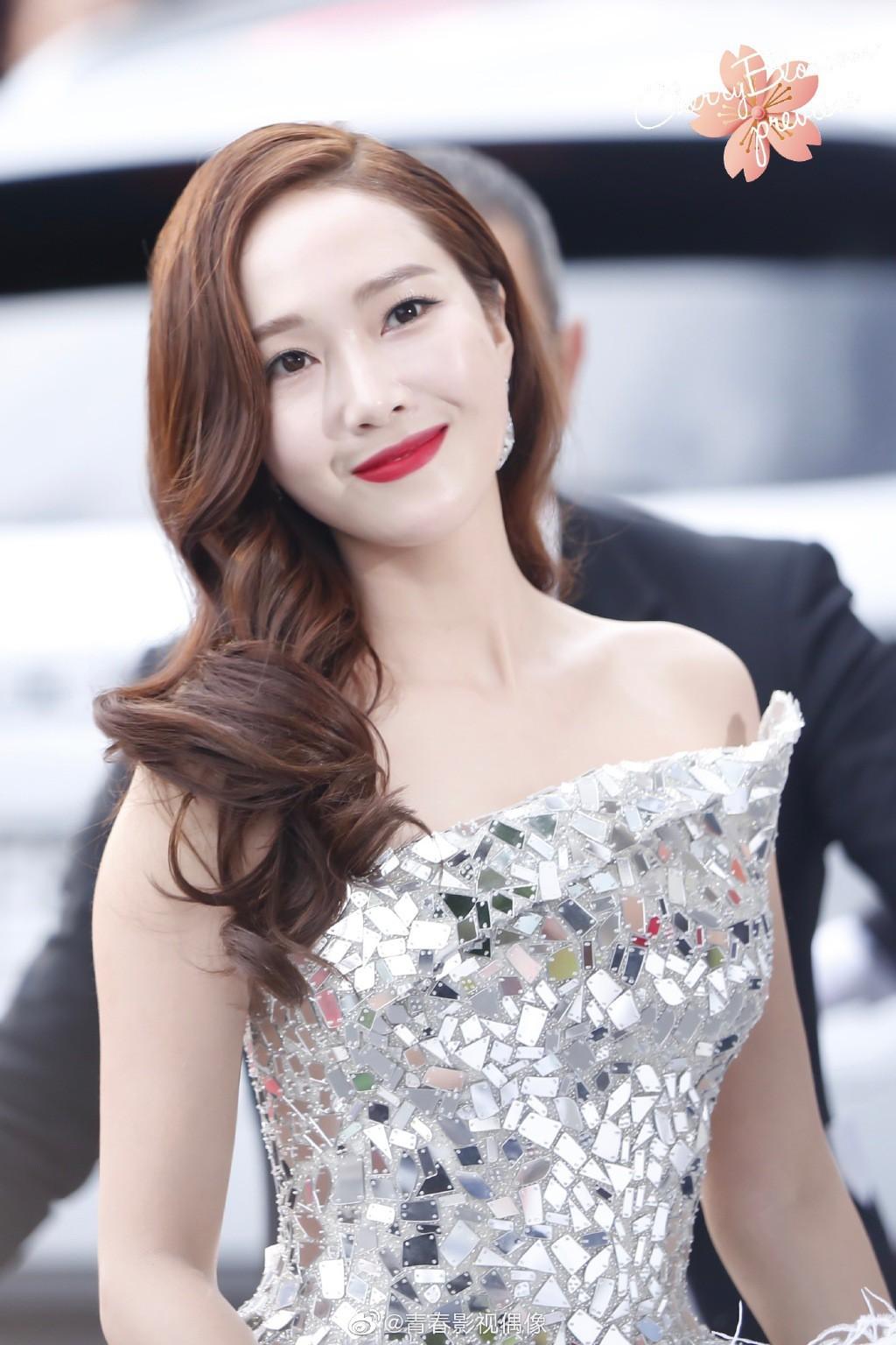 Màn xuất hiện gây mê, siêu sang chảnh không khác gì công chúa của Jessica Jung tại LHP Cannes - Ảnh 1.
