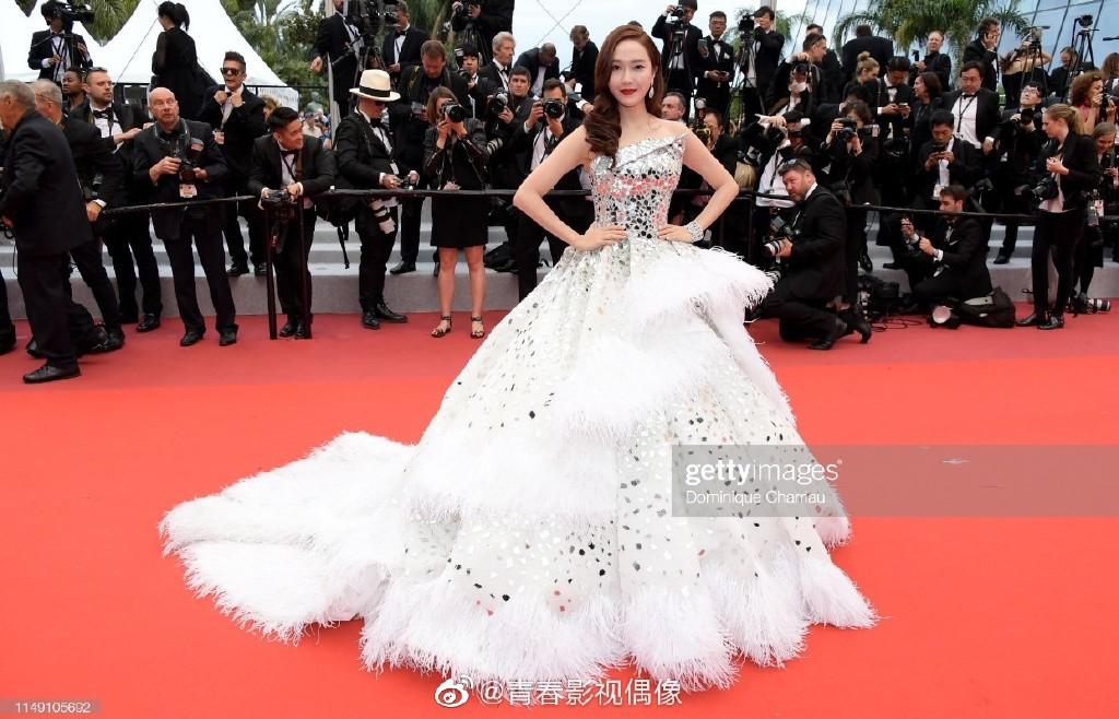 Clip: Jessica Jung khốn khổ với chiếc váy đồ sộ, suýt ngã khi bước trên bậc tam cấp LHP Cannes - Ảnh 1.