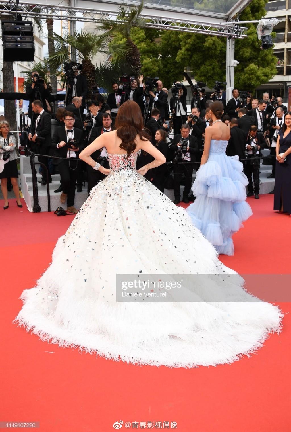 Clip: Jessica Jung khốn khổ với chiếc váy đồ sộ, suýt ngã khi bước trên bậc tam cấp LHP Cannes - Ảnh 3.