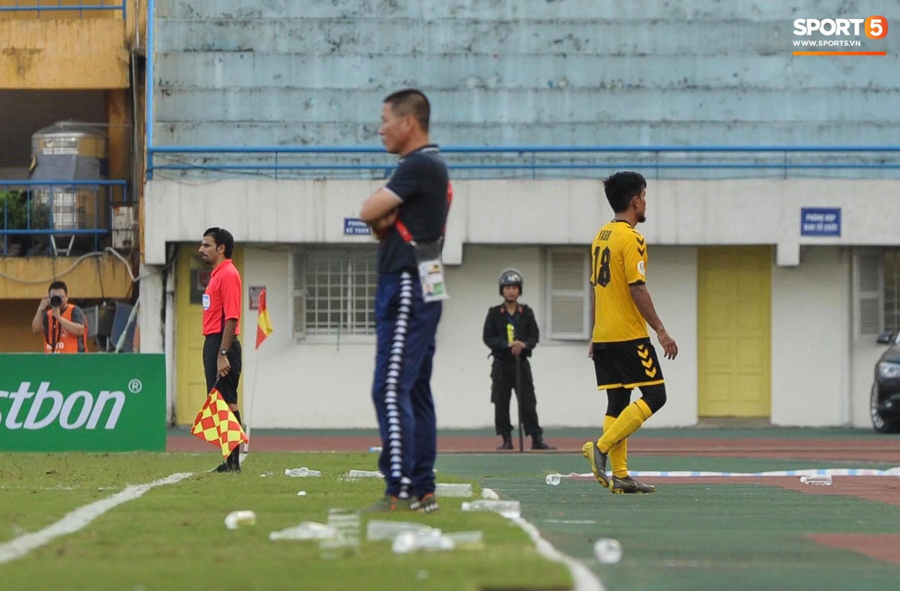 Tiền vệ Singapore chơi tiểu xảo với Đình Trọng, phải nhận thẻ đỏ rời sân - Ảnh 2.