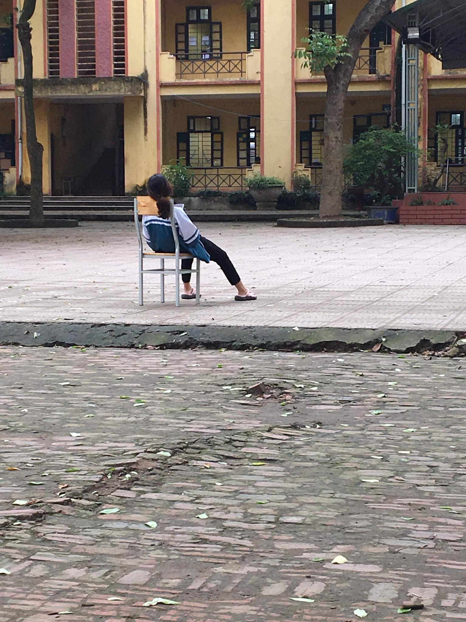 Tấm ảnh nữ sinh ngồi vật vã giữa sân trường: Em mệt rồi, đừng bắt em học nữa khiến cộng đồng mạng xót xa - Ảnh 1.