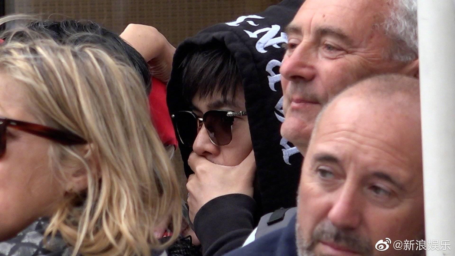 Cuồng vợ kiểu Châu Kiệt Luân: Tháp tùng bà xã bằng trực thăng riêng nhưng cải trang thành fan ngắm vợ tại Cannes - Ảnh 3.