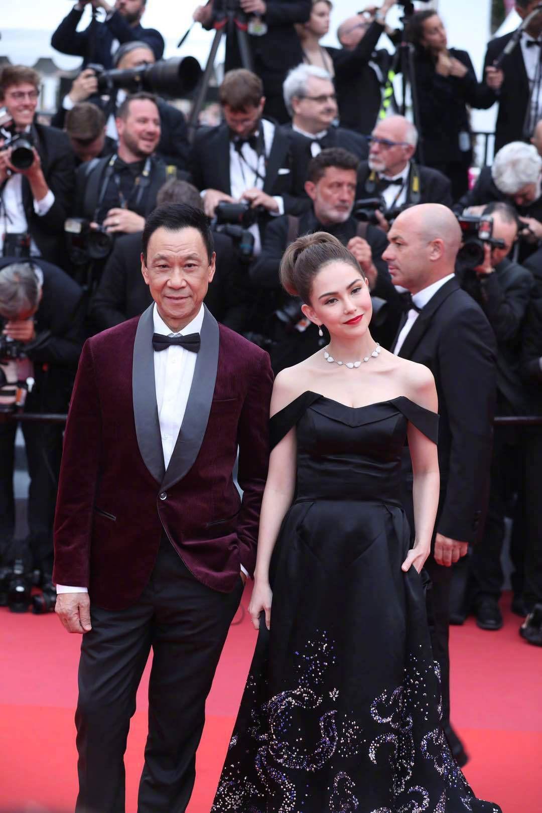 Cuồng vợ kiểu Châu Kiệt Luân: Tháp tùng bà xã bằng trực thăng riêng nhưng cải trang thành fan ngắm vợ tại Cannes - Ảnh 2.