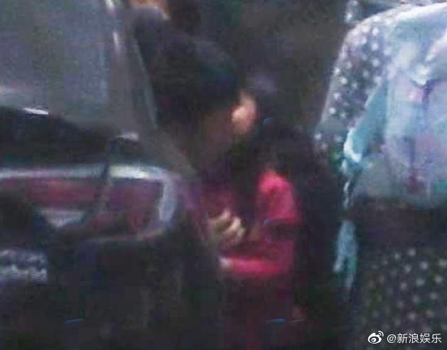 Nụ hôn lên má tạm biệt bố đầy xót xa của con gái dành tặng Giả Nãi Lượng giữa scandal Lý Tiểu Lộ tái hợp PGone - Ảnh 2.