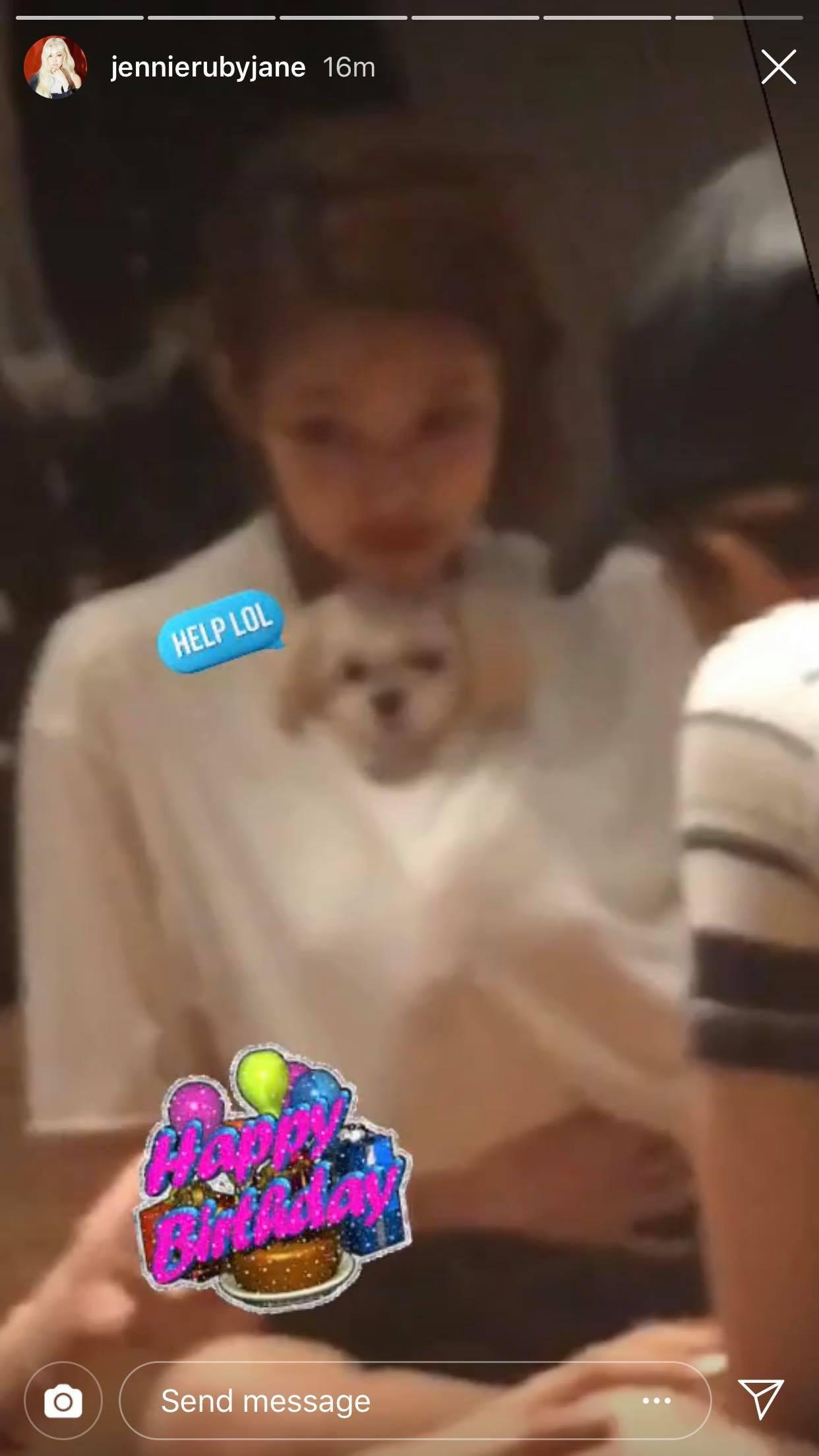 Nhân vật khiến fan BLACKPINK ghen tỵ nhất hôm nay: Được Jennie cưng nựng, ôm ấp, spam toàn hình ảnh yêu thương - Ảnh 2.