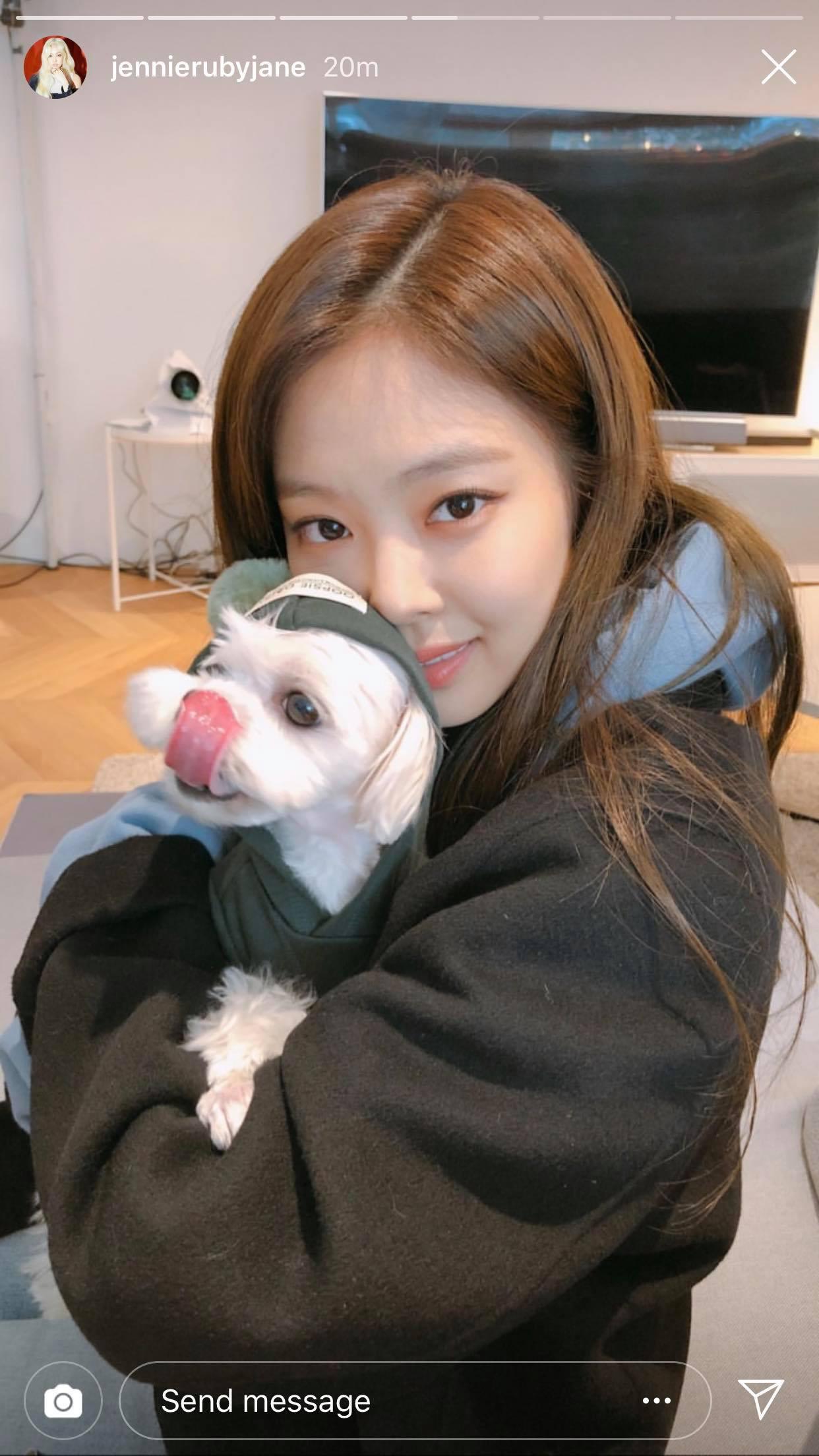 Nhân vật khiến fan BLACKPINK ghen tỵ nhất hôm nay: Được Jennie cưng nựng, ôm ấp, spam toàn hình ảnh yêu thương - Ảnh 1.