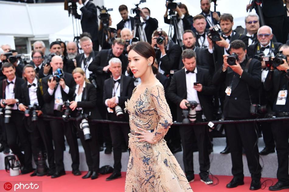 Mỹ nhân khiến Cbiz ê chề trong ngày đầu Cannes: Bị đuổi khỏi thảm đỏ vẫn giả ngơ, hoá ra từng đóng Diên Hi Công Lược - Ảnh 1.
