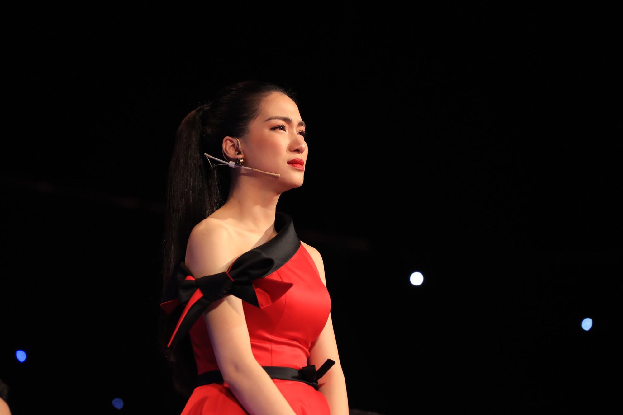 Hòa Minzy bật khóc vì học trò bị chê chọn sai bài, hát không rõ lời - Ảnh 7.