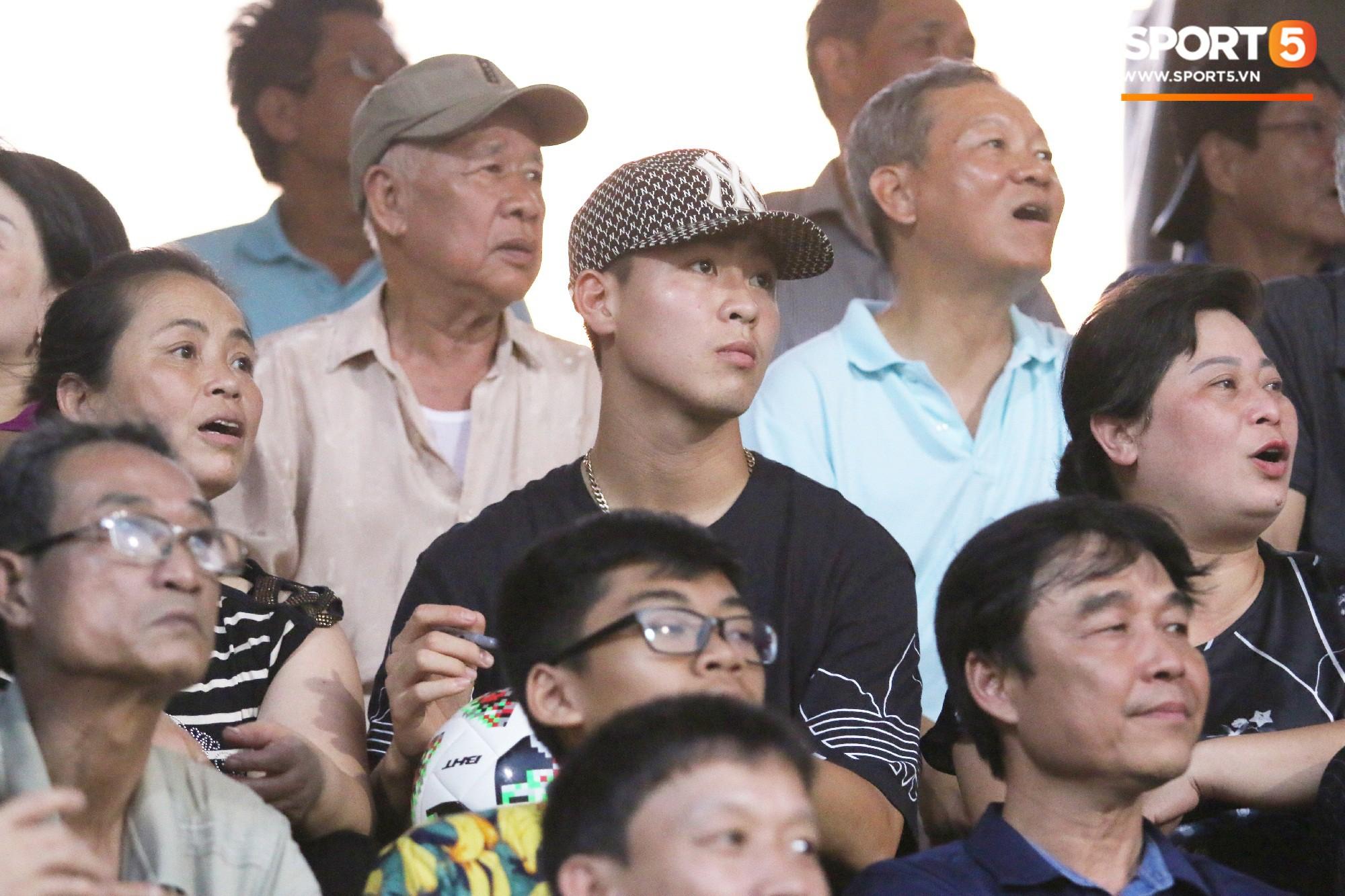 Duy Mạnh kín đáo đến xem Hà Nội Nội thi đấu, vẫn bị fan nhí nhanh mắt phát hiện và vây kín - Ảnh 5.