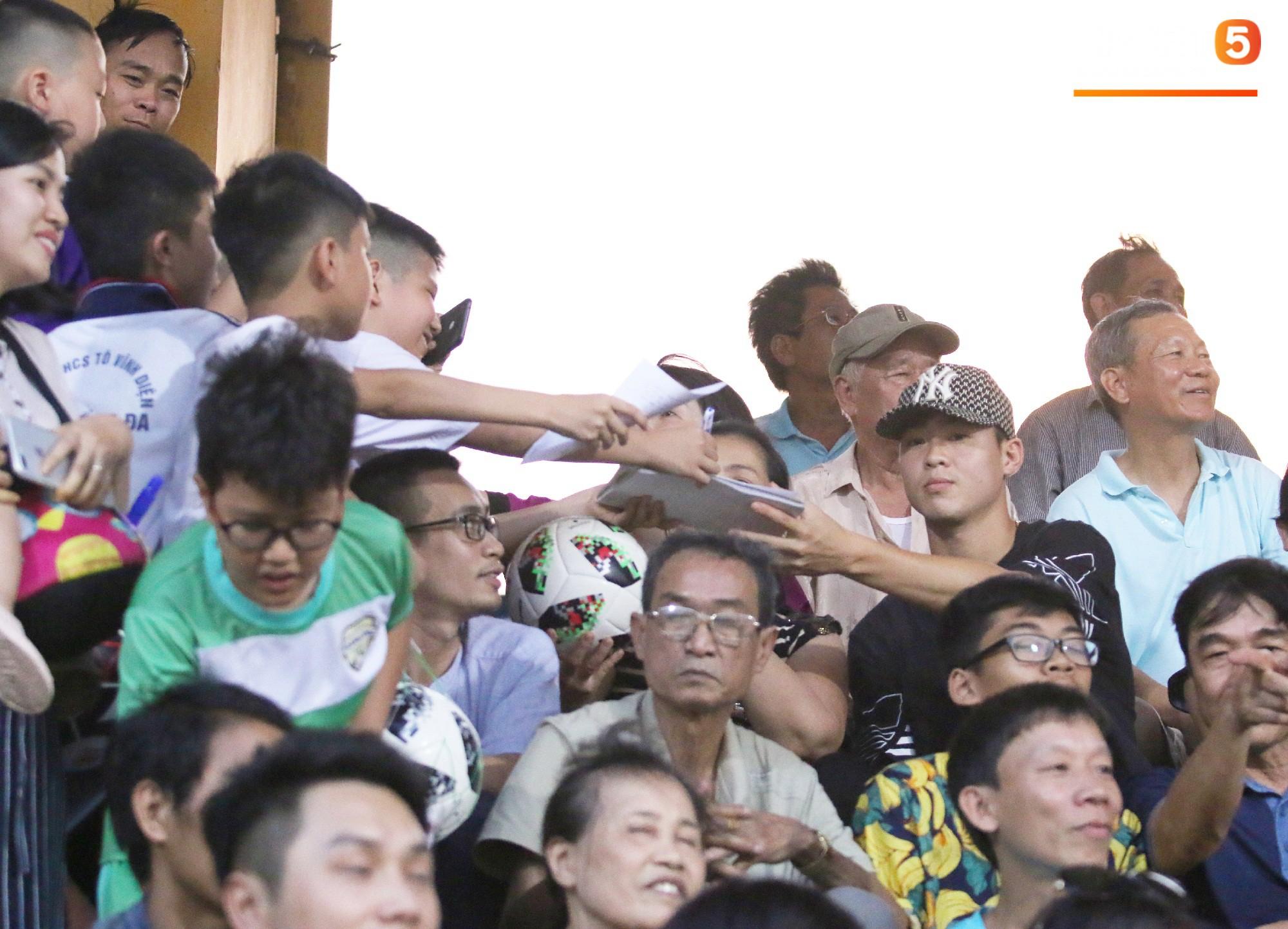 Duy Mạnh kín đáo đến xem Hà Nội Nội thi đấu, vẫn bị fan nhí nhanh mắt phát hiện và vây kín - Ảnh 2.