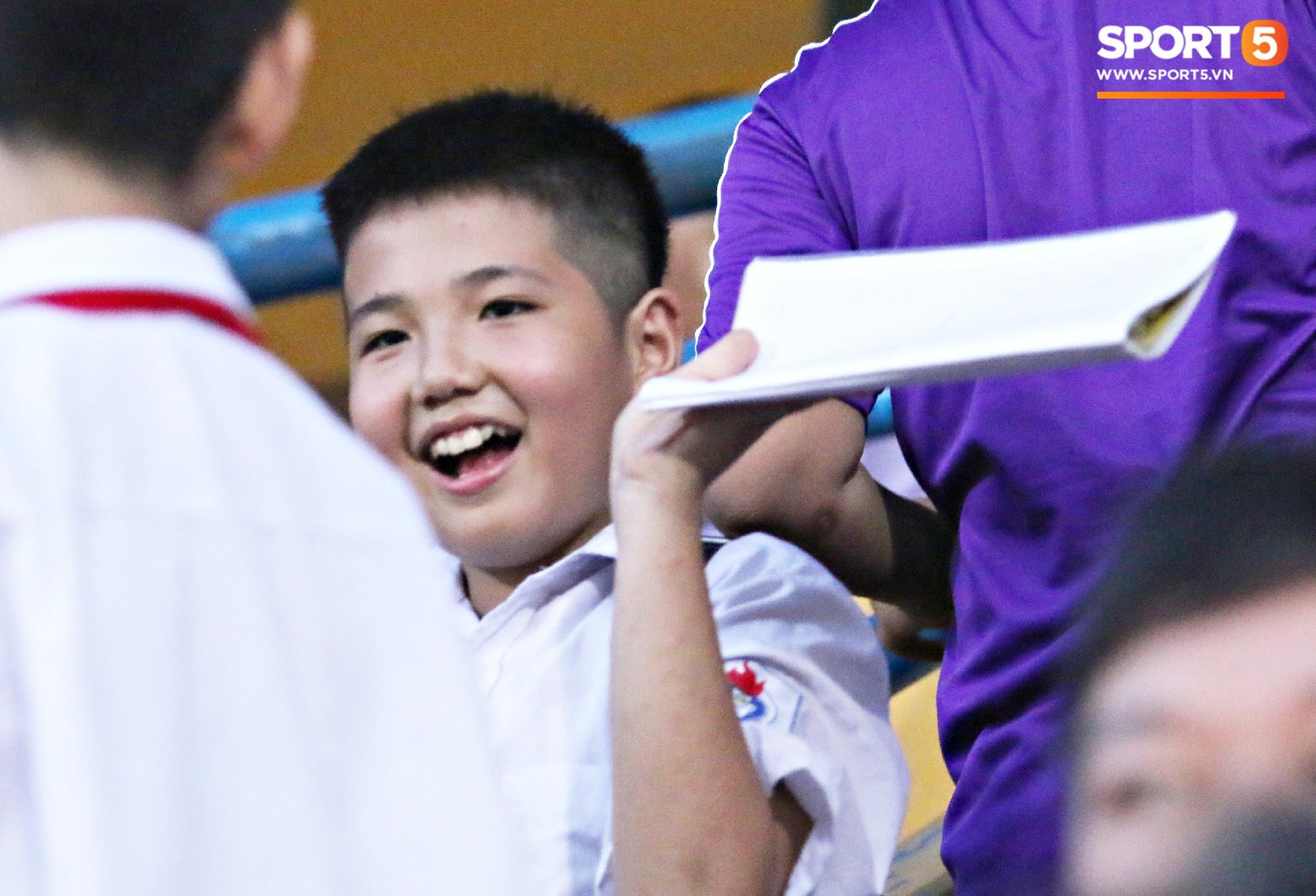 Duy Mạnh kín đáo đến xem Hà Nội Nội thi đấu, vẫn bị fan nhí nhanh mắt phát hiện và vây kín - Ảnh 4.