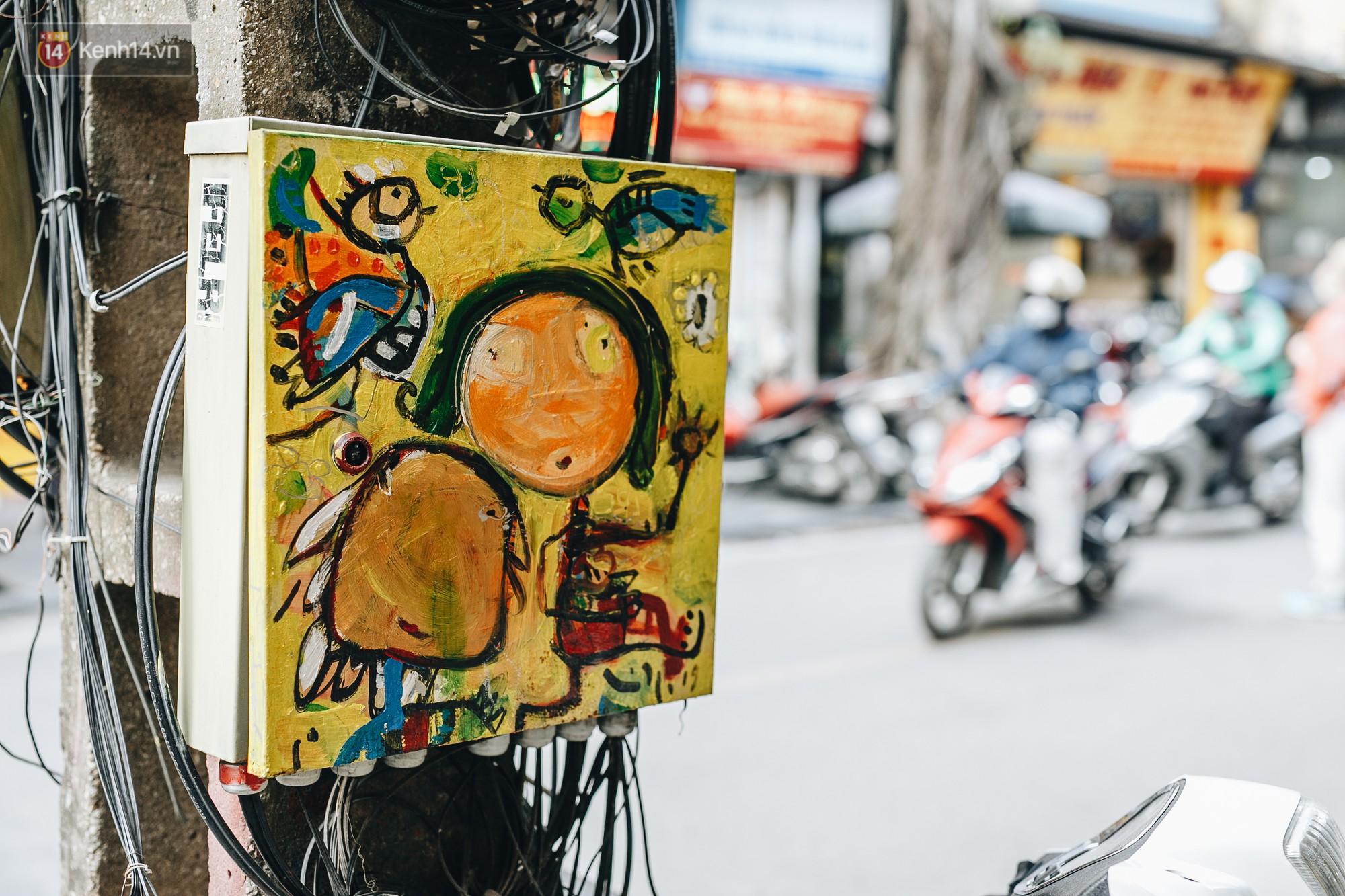 Ngộ nghĩnh và đáng yêu với những bức tranh được vẽ lên các hộp điện cũ kỹ ở phố cổ Hà Nội, tác giả là một gương mặt lạ mà quen - Ảnh 8.