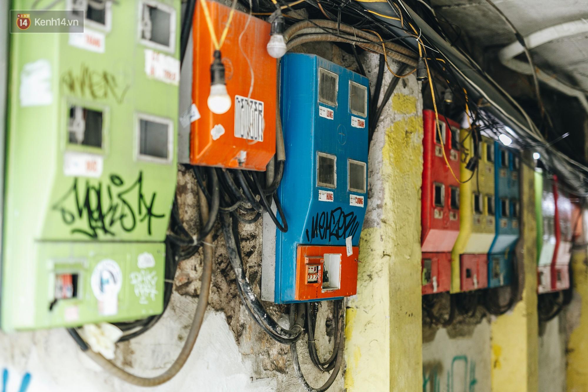 Ngộ nghĩnh và đáng yêu với những bức tranh được vẽ lên các hộp điện cũ kỹ ở phố cổ Hà Nội, tác giả là một gương mặt lạ mà quen - Ảnh 1.