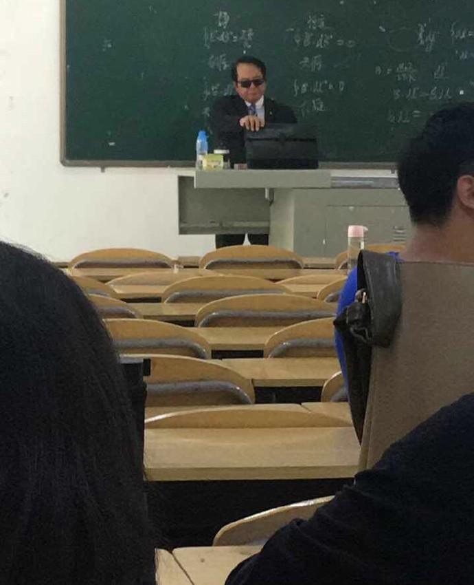 Thầy giáo đi dạy với combo kính đen và comple ngầu như điệp viên 007, nhưng hành động tiếp theo lại khiến cả lớp lăn ra cười - Ảnh 1.