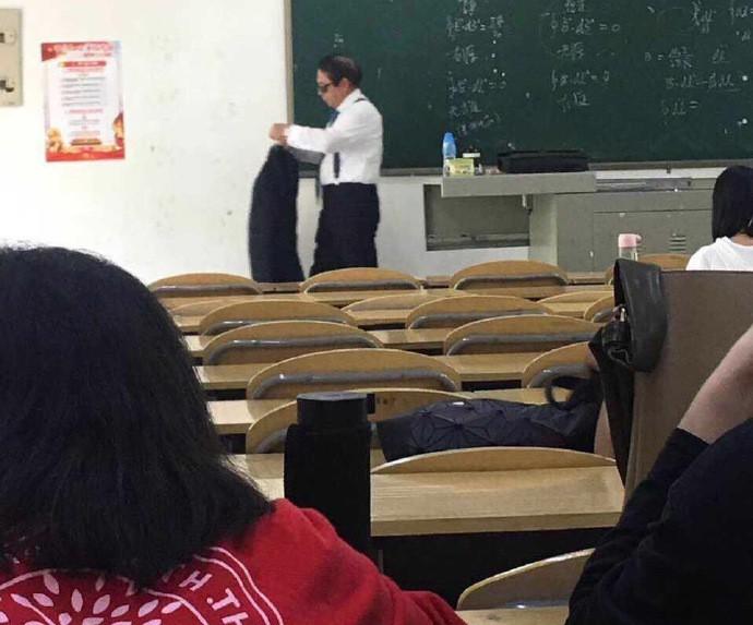 Thầy giáo đi dạy với combo kính đen và comple ngầu như điệp viên 007, nhưng hành động tiếp theo lại khiến cả lớp lăn ra cười - Ảnh 2.