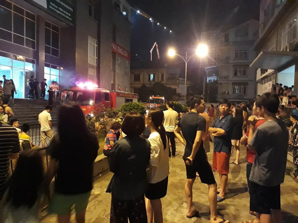 Hà Nội: Cháy do chập điện, dân chung cư nửa đêm tháo chạy - Ảnh 1.