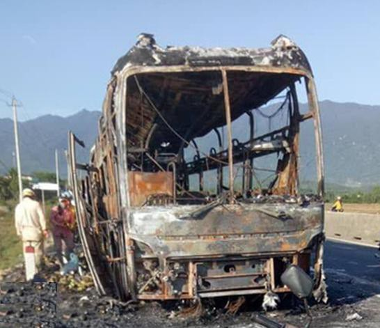 Xe khách cháy dữ dội trên Quốc lộ 1 - Ảnh 1.