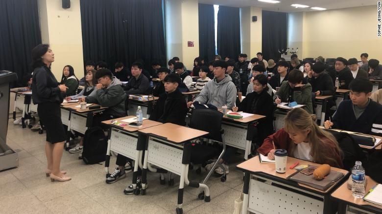 Thanh niên Hàn Quốc đổ xô tới lớp học yêu - Ảnh 1.