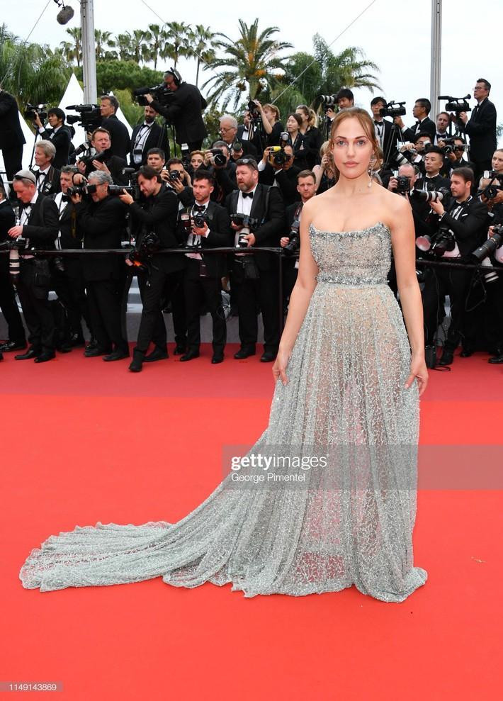Ngay ngày khai mạc LHP Cannes 2019 đã có một người đẹp vô danh lộ nguyên cả bàn tọa trước bàn dân thiên hạ - Ảnh 1.