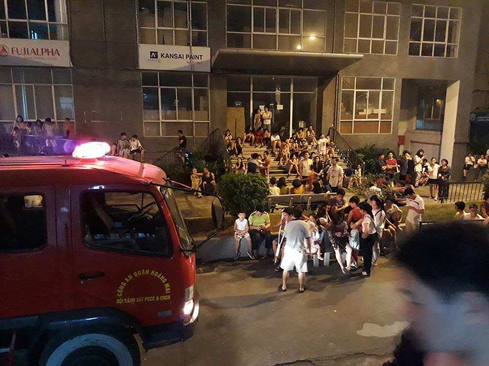 Hà Nội: Cháy do chập điện, dân chung cư nửa đêm tháo chạy - Ảnh 2.