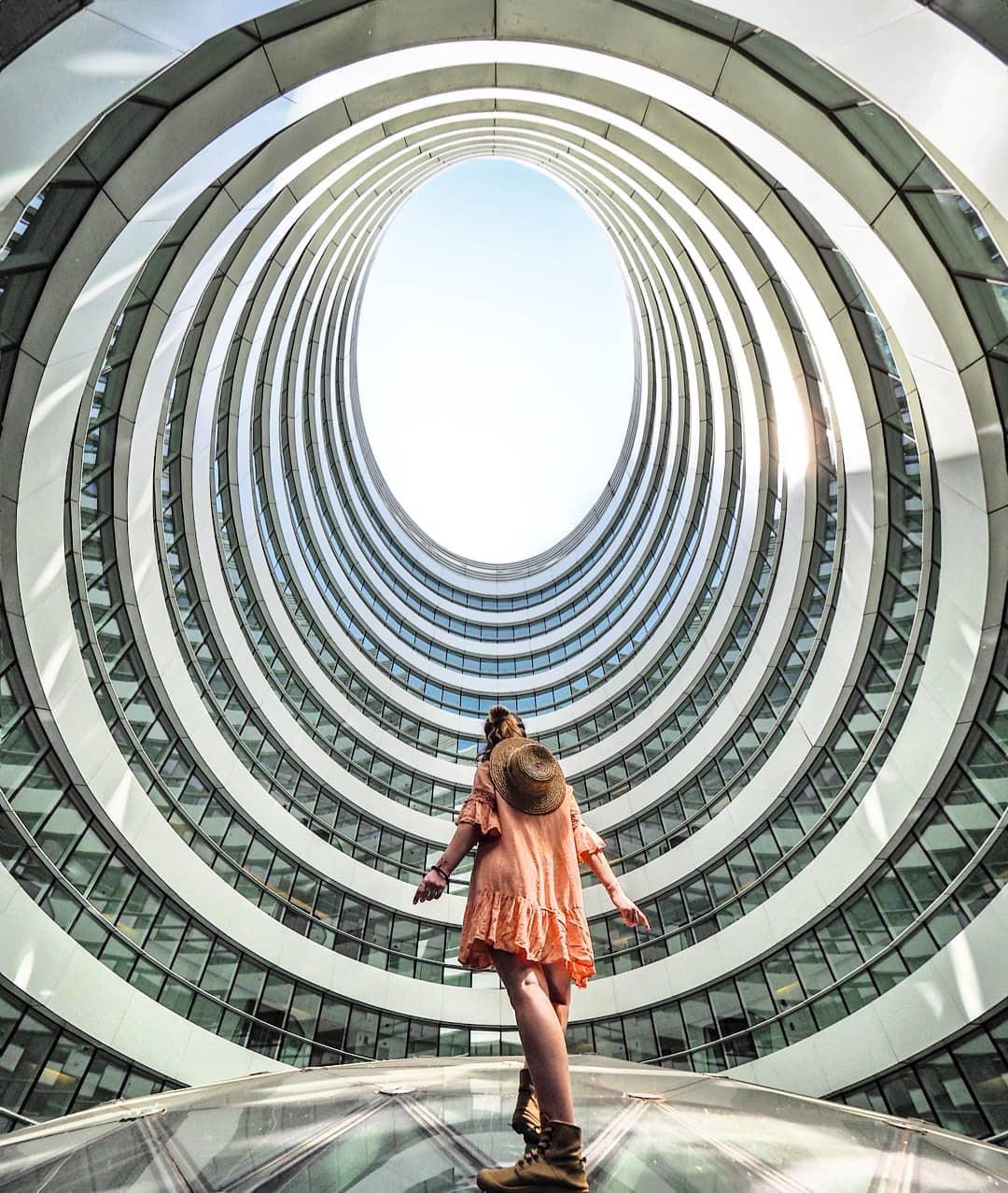 Choáng ngợp trước trung tâm thương mại hình xoắn ốc lên ảnh siêu ảo từng gây tranh cãi khắp Trung Quốc - Ảnh 15.