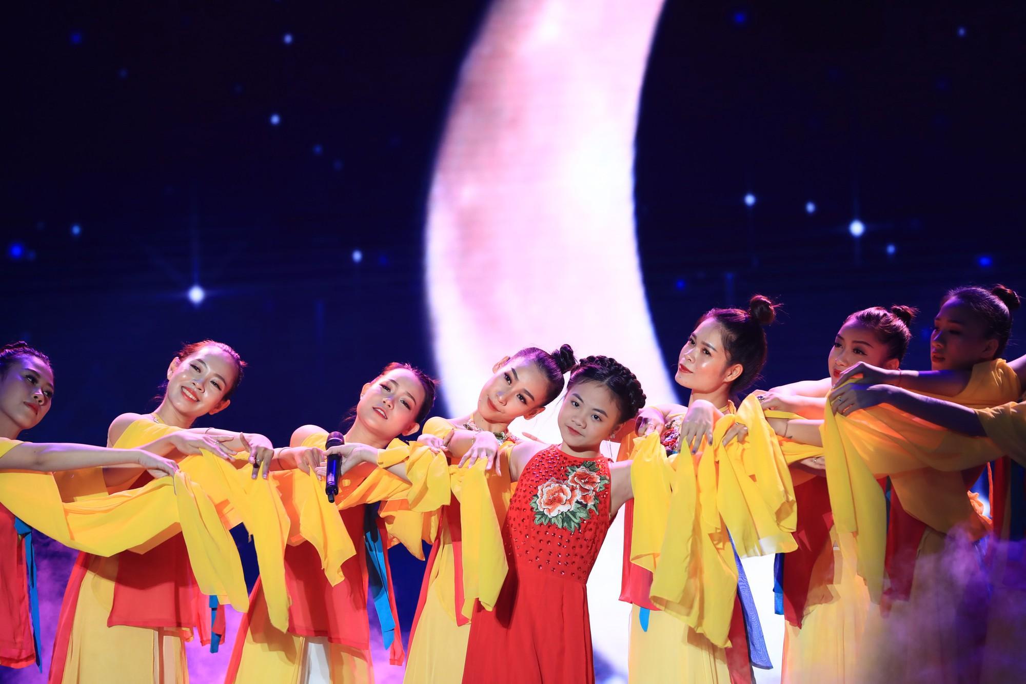 Hòa Minzy bật khóc vì học trò bị chê chọn sai bài, hát không rõ lời - Ảnh 8.