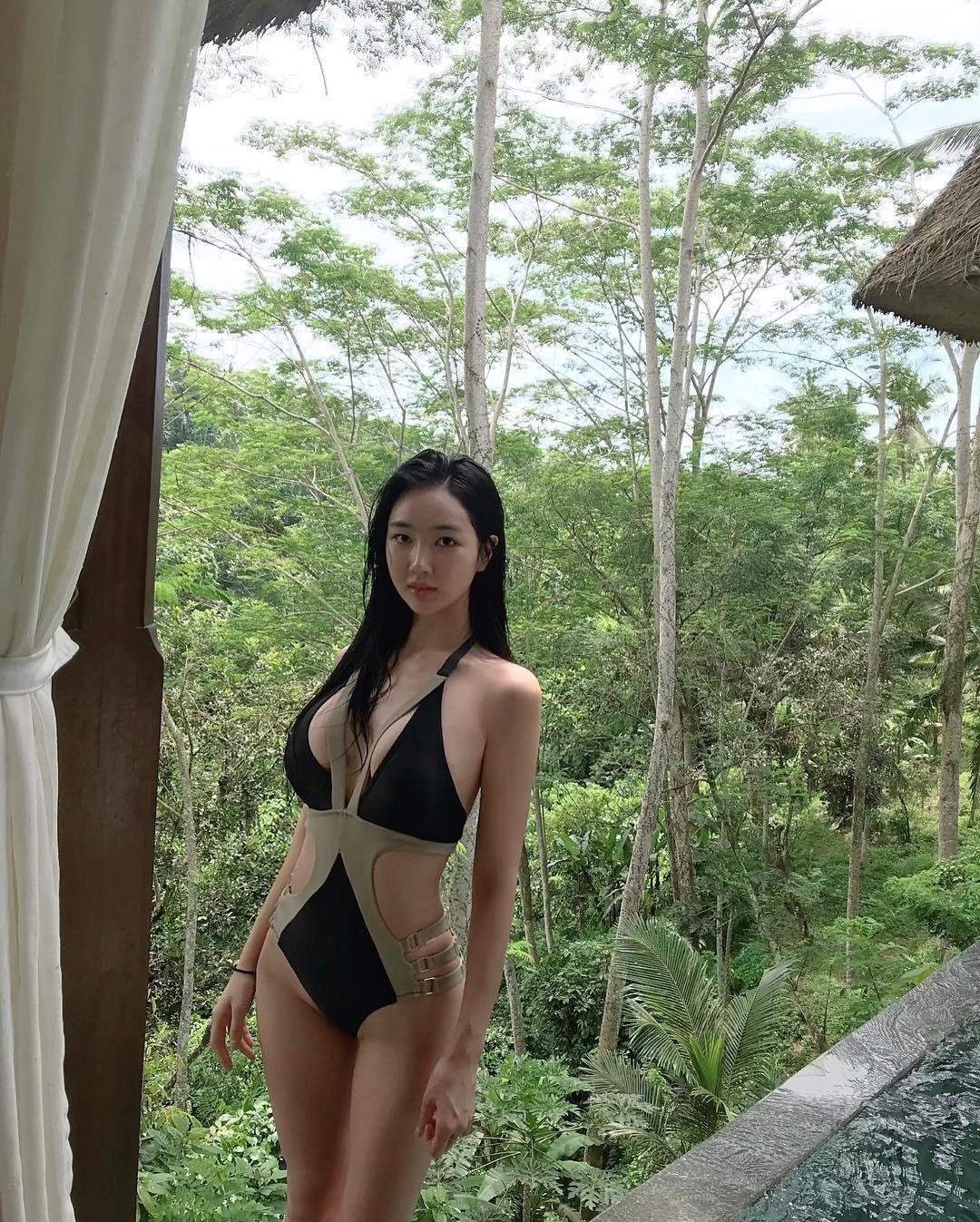 Nữ idol vô danh bỗng gây sốt vì màn thoát xác: Bình thường thì thanh thuần, diện áo tắm là lộ body nóng hừng hực - Ảnh 2.