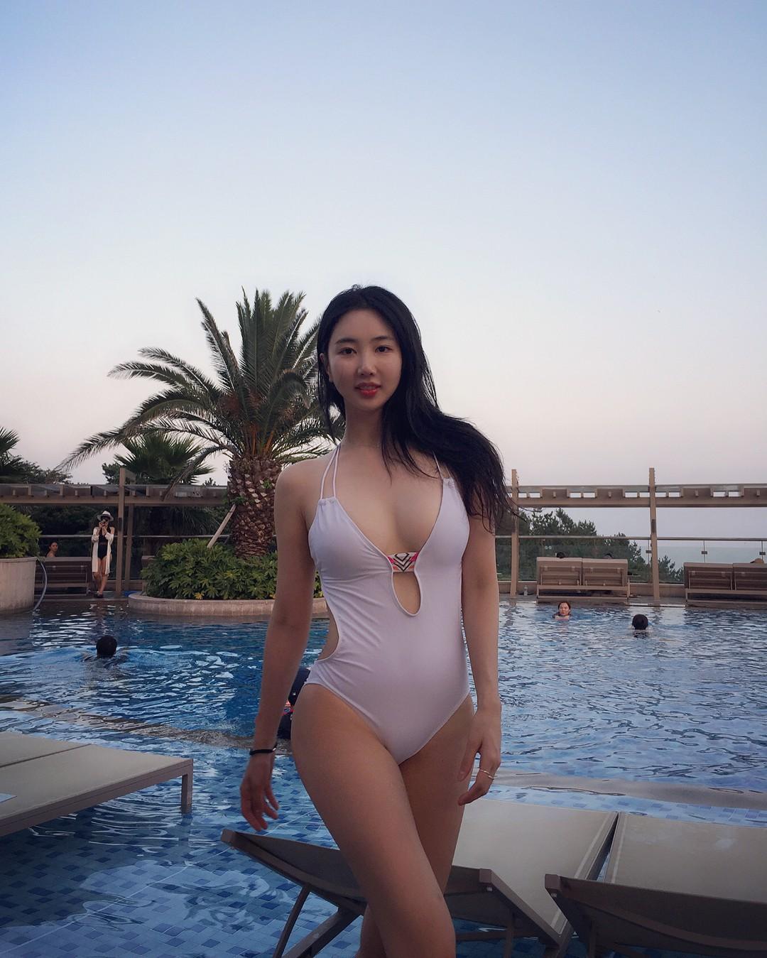 Nữ idol vô danh bỗng gây sốt vì màn thoát xác: Bình thường thì thanh thuần, diện áo tắm là lộ body nóng hừng hực - Ảnh 7.