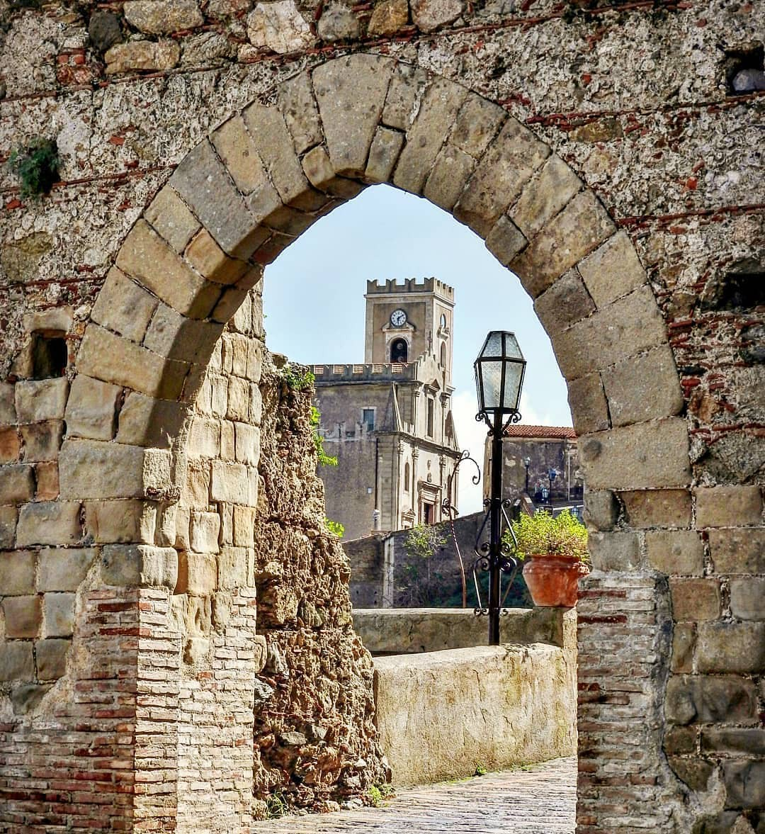 """Có gì tại hòn đảo được mệnh danh là """"thánh địa mafia"""" kì lạ hút hàng triệu du khách mỗi năm ở Ý? - Ảnh 2."""
