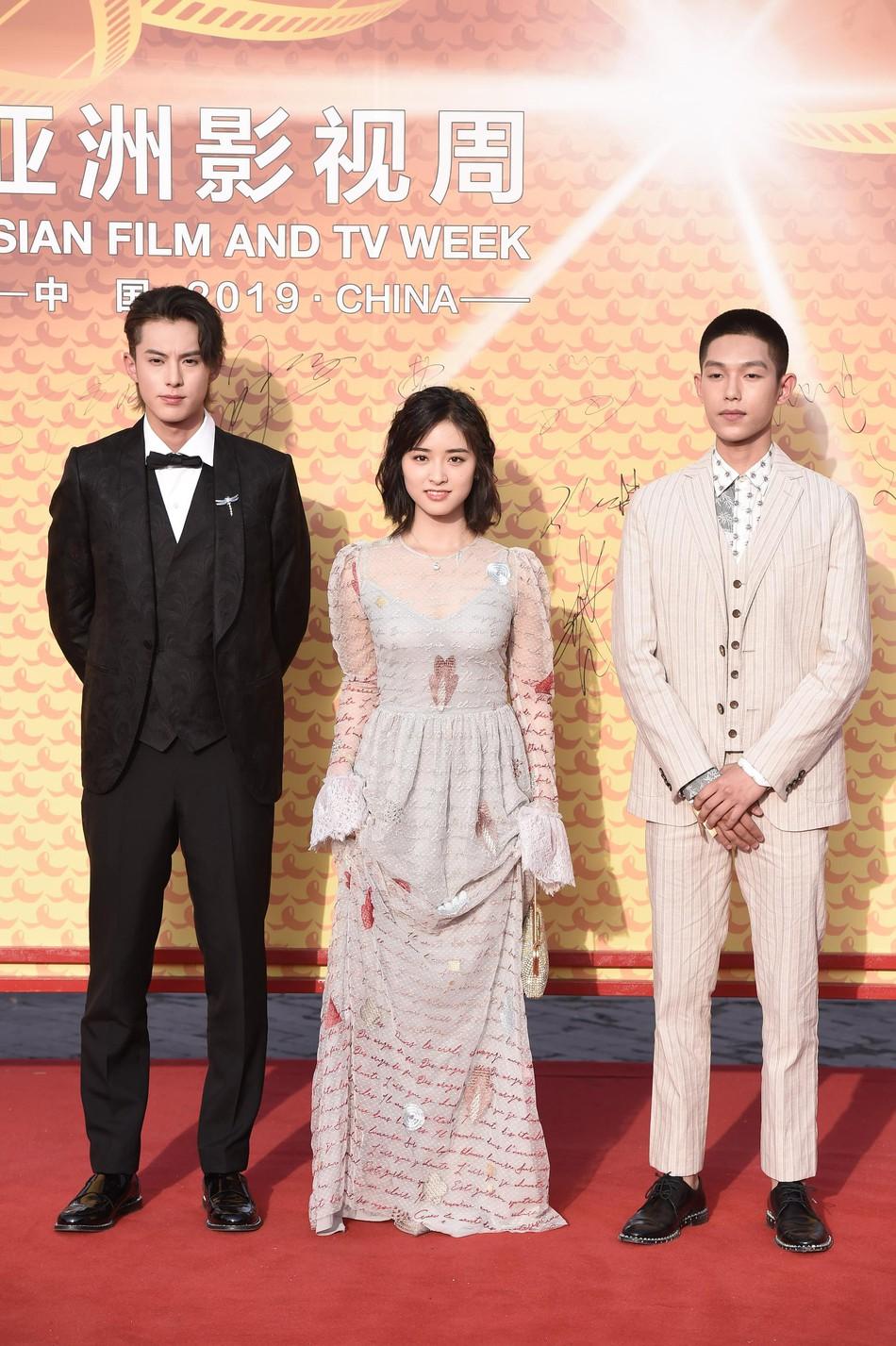 Sự kiện khủng Cbiz: Dương Mịch cạnh tranh nhan sắc khốc liệt với đàn em, Huỳnh Hiểu Minh gây bất ngờ với diện mạo cực trẻ - Ảnh 26.