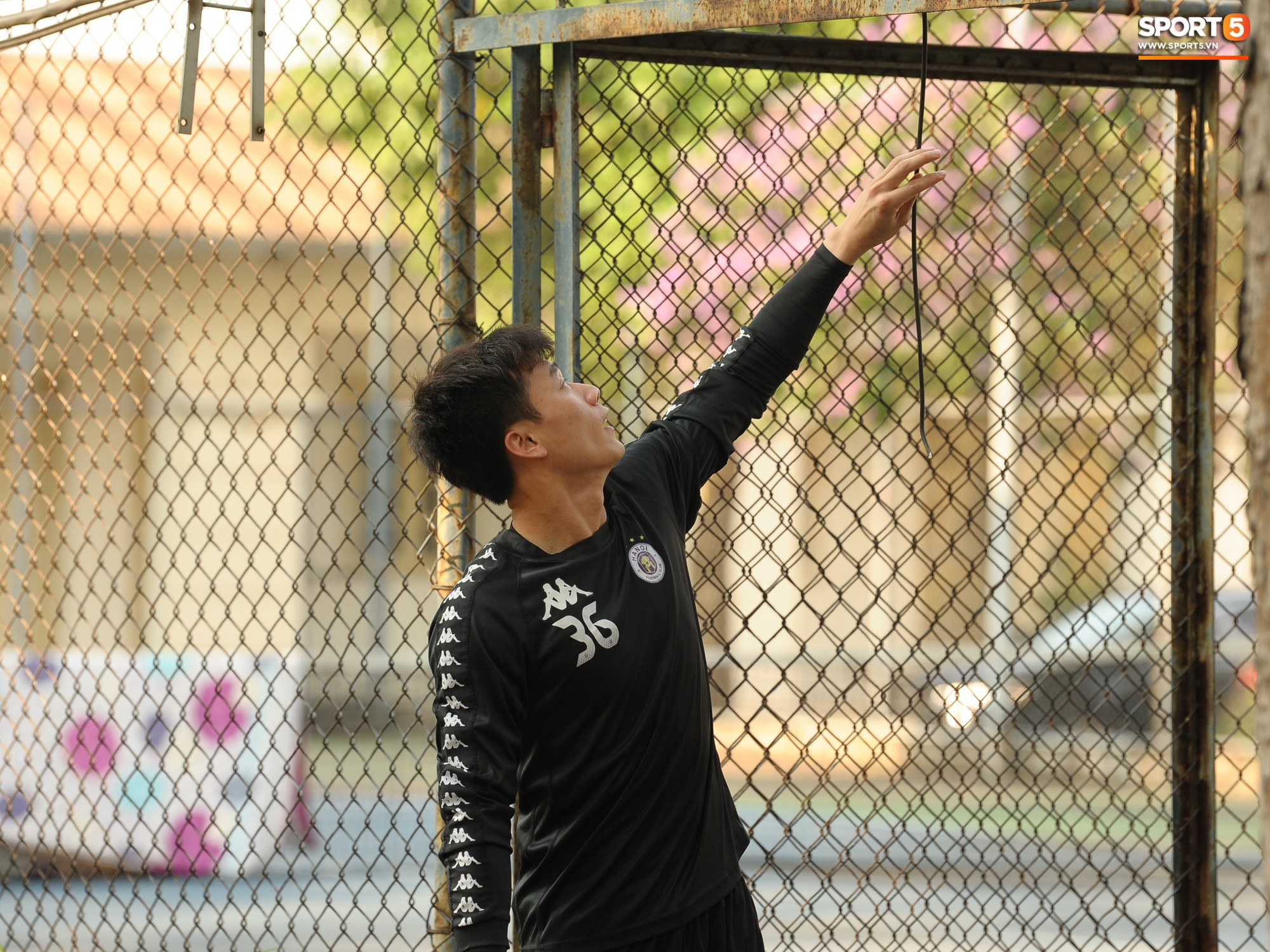 Hành động thể hiện sự tỉ mỉ, chu đáo của Bùi Tiến Dũng đối với các đồng đội Hà Nội FC - Ảnh 2.