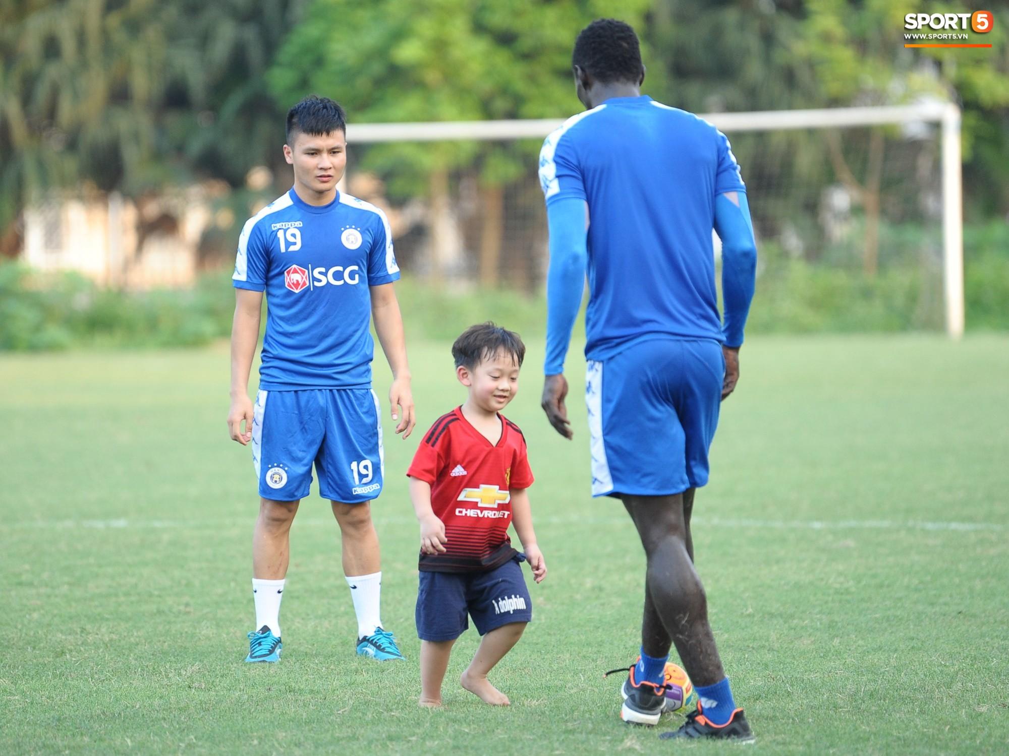 Hành động thể hiện sự tỉ mỉ, chu đáo của Bùi Tiến Dũng đối với các đồng đội Hà Nội FC - Ảnh 14.