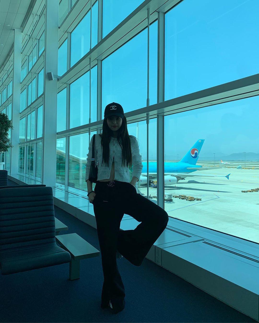 Có nữ idol nào như Jennie: Chẳng thèm giữ gìn hình tượng, toàn đăng ảnh tạo dáng khó hiểu tặng meme cho fan chế - Ảnh 2.
