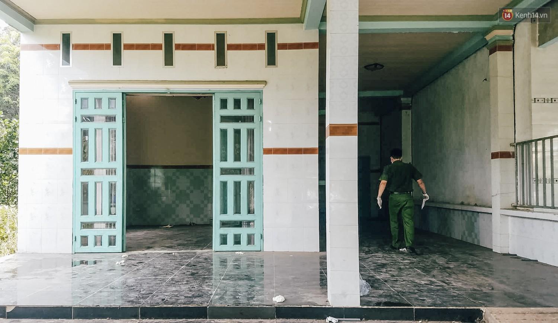 Mùi hôi nồng nặc bên trong căn nhà nơi phát hiện 2 khối bê tông chứa thi thể người ở Bình Dương - Ảnh 8.