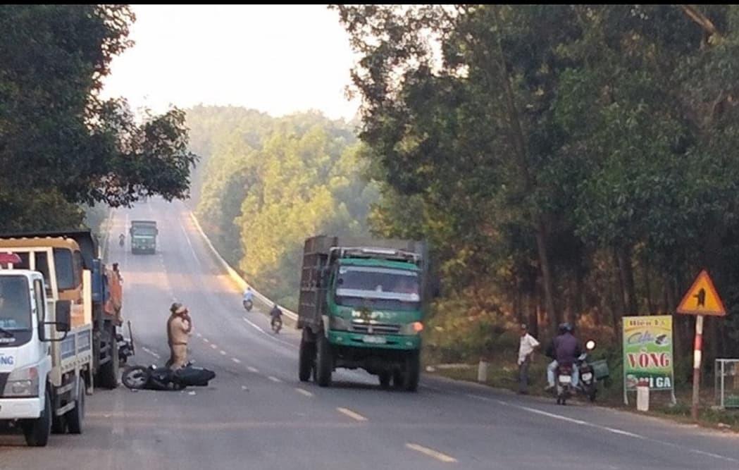 Xe máy đâm vào xe tải đỗ bên đường, 2 nam thanh niên trọng thương - Ảnh 1.