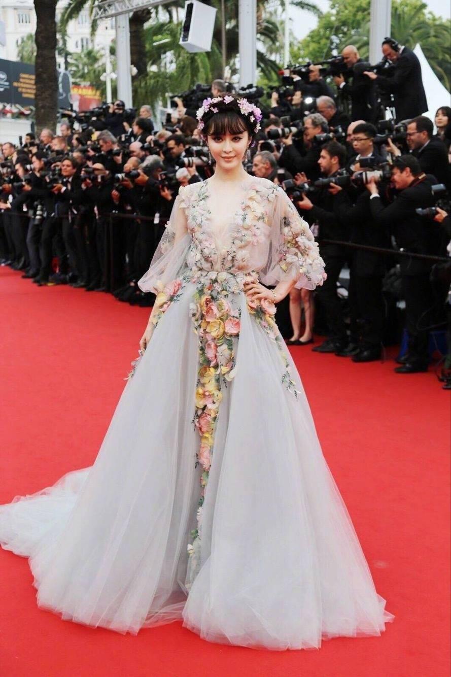 """Elle Fanning thành tiên nữ đẹp hơn hoa tại Cannes, nhưng netizen xứ Trung lại chỉ nhớ đến """"hoa tiên tử"""" Phạm Băng Băng ngày nào - Ảnh 8."""