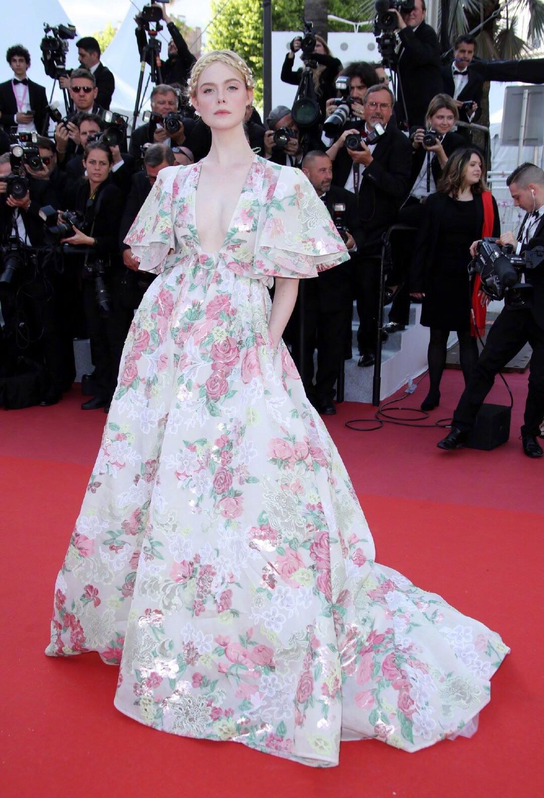 """Elle Fanning thành tiên nữ đẹp hơn hoa tại Cannes, nhưng netizen xứ Trung lại chỉ nhớ đến """"hoa tiên tử"""" Phạm Băng Băng ngày nào - Ảnh 4."""