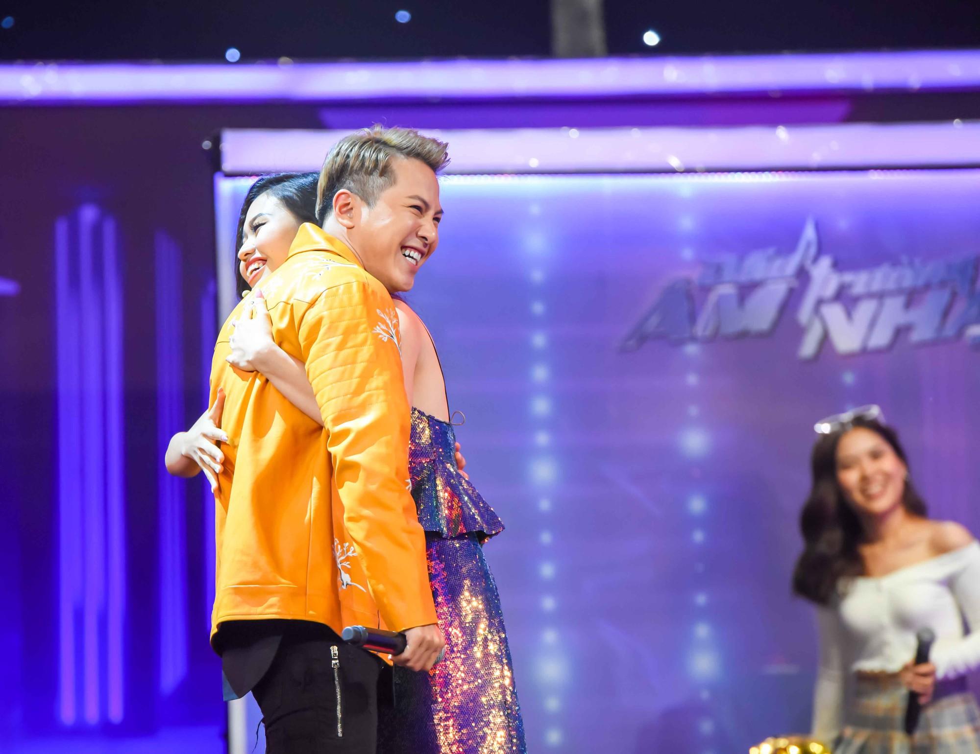 Cô gái làm náo loạn gameshow khi khoác tay Thuận Nguyễn, lại ôm Mai Tiến Dũng, kết thân với Hoàng Tôn - Ảnh 5.