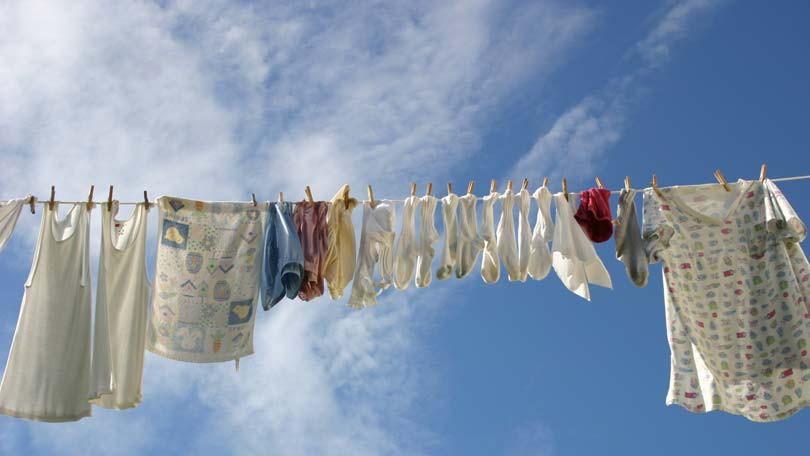 Góc các bà nội trợ thắc mắc: Vì sao quần áo dùng máy sấy làm khô thì mềm, nhưng phơi ngoài nắng lại cứng cong queo? - Ảnh 4.