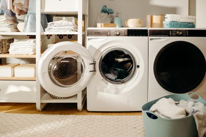 Góc các bà nội trợ thắc mắc: Vì sao quần áo dùng máy sấy làm khô thì mềm, nhưng phơi ngoài nắng lại cứng cong queo? - Ảnh 1.