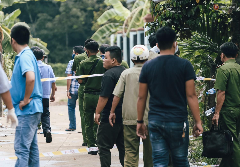 Mùi hôi nồng nặc bên trong căn nhà nơi phát hiện 2 khối bê tông chứa thi thể người ở Bình Dương - Ảnh 4.