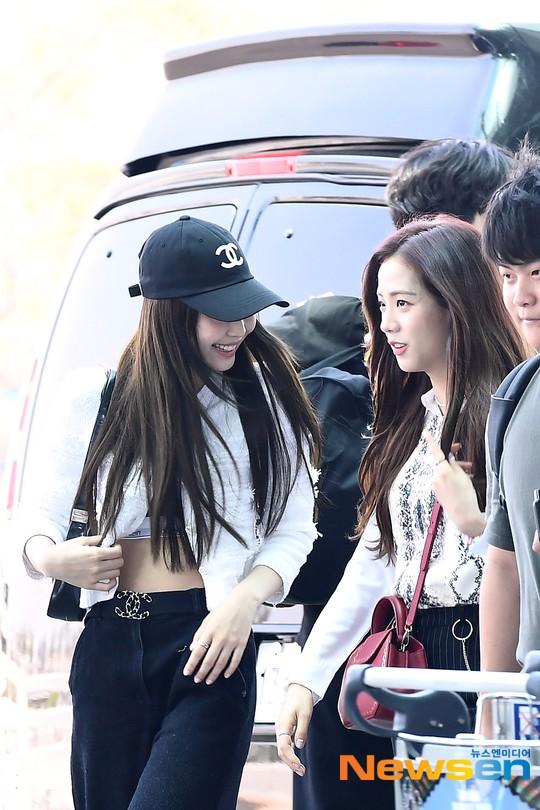 BLACKPINK gây náo loạn sân bay: Jennie và Lisa như đi catwalk, Jisoo lại chiếm trọn spotlight vì đẹp xuất thần - Ảnh 2.